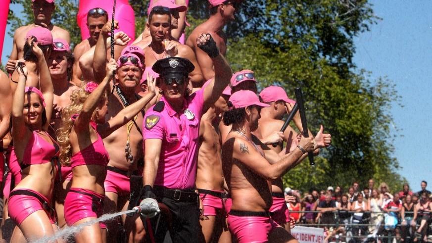 De roze vrouw als accessoire. Doe eens gek, misschien wel lesbisch voor een dagje!